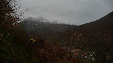 Photo: Ya por la ladera de ascenso, abajo se ve Soto de Valdeón, al fondo, el macizo del Friero