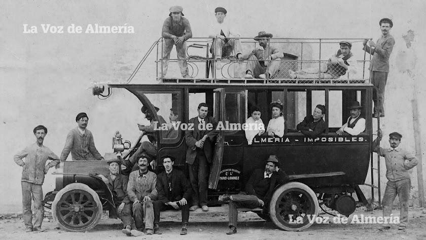 El primer coche de línea que hizo el camino hasta el punto llamado 'Los Imposibles', en tierras de Alhama.