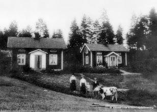 Photo: Grantorp 1910. T h Ramstedts hus pojken heter Einar Vernersson omkr 1915