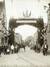 Photo: 1898 Ereboog aan de Liesbosstraat met tekst Hulde aan Koningin Wilhelmina ter gelegenheid van inhuldiging Koningin Wilhelmina.