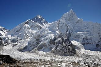 Photo: 奥の山がエベレスト。手前がヌプツェ