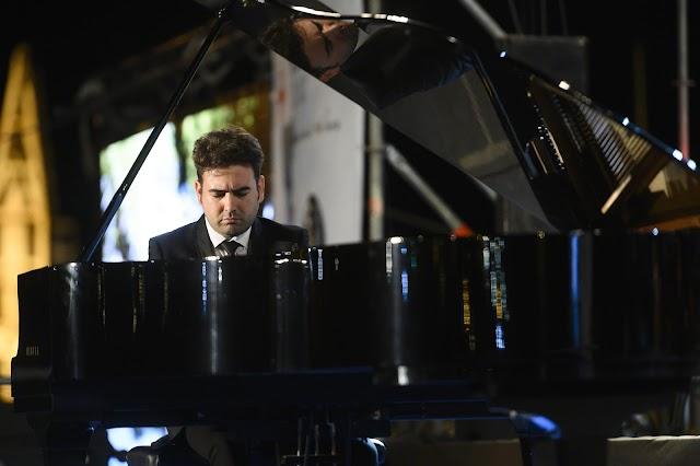 El pianista Miguel Ángel Acebo acompañó a la OCAL en 'Noches en los jardines de España' de Falla.
