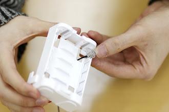 Photo: 電池ボックスのスリットに電極を差し込みます。