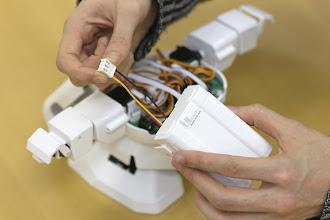 Photo: 胸パーツのカバーを閉める前に電池ボックスを接続しておきましょう。