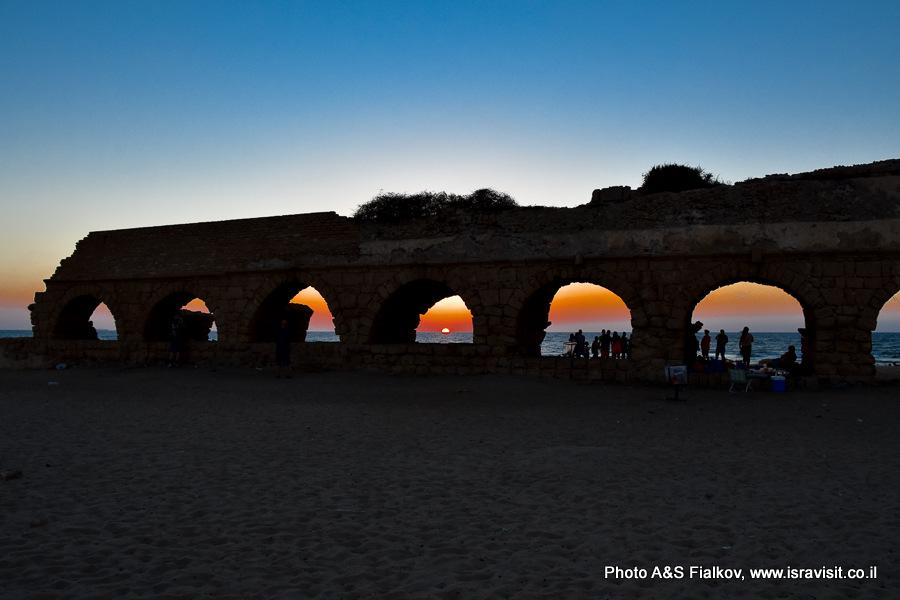 Римский акведук в Кейсарии на закате. На экскурсии гида в Израиле Светлана Фиалкова.
