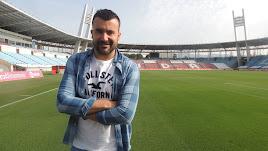 Carlos Hinojo posa para LA VOZ en la hierba del Mediterráneo.