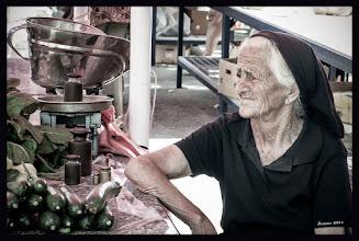 Photo: Marktfrau mit Kopftuch