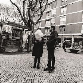 snow by Paulo Rodrigues - People Street & Candids ( árvores, xt1, b&w, street, lisbon, people, nature/natureza, city, urban, photo/foto, cidade, p&b, people/pessoas, pessoas, fuji, local, portugal, urbano, lisboa )
