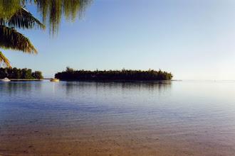 Photo: #004-Le lagon devant notre faré, à l'aube