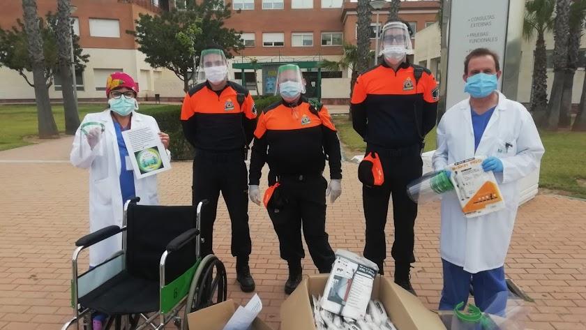 Voluntarios de Protección Civil haciendo entrega del material.