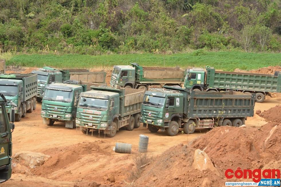 Các phương tiện tại khu vực khai thác