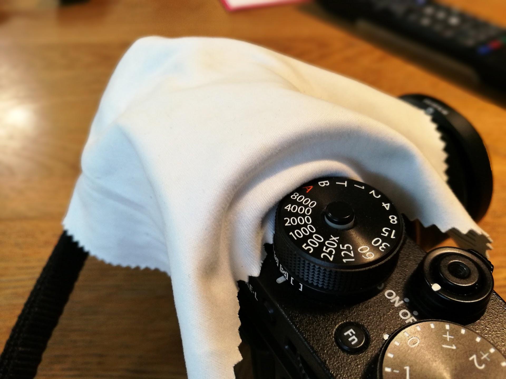 X-T2のこちら側のホコリもメガネ拭きでふき取りましょう。