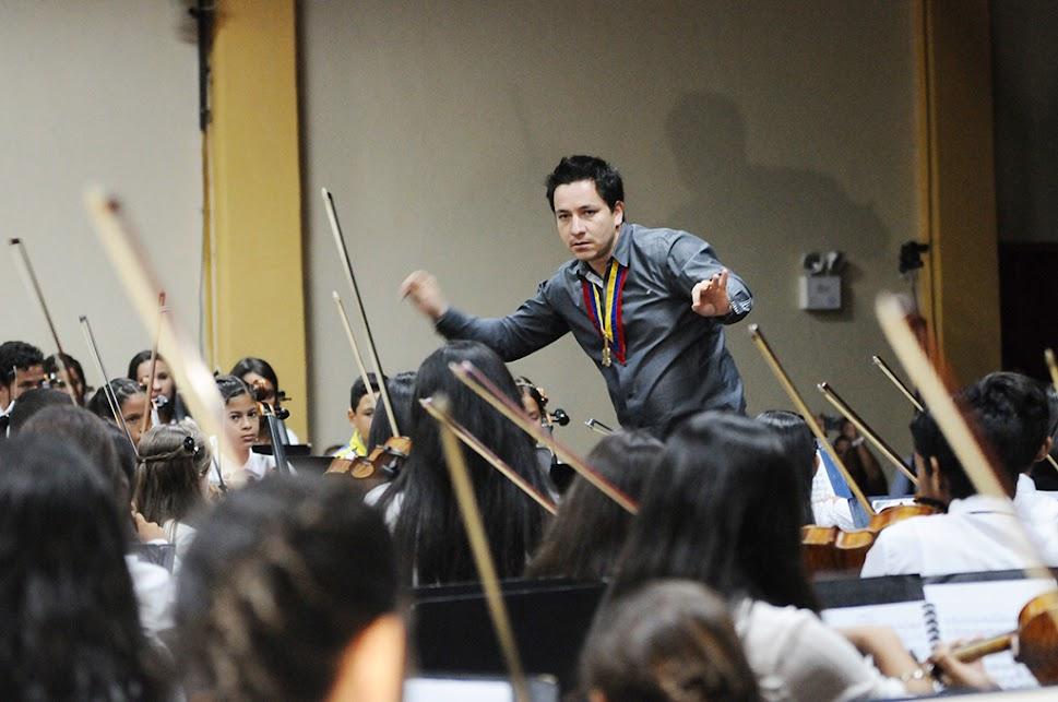 El resultado de la enseñanza musical en el estado Yaracuy se impuso sobre el escenario, cuando la Sinfónica Regional Infantil dejó brillar las notas del Segundo Movimiento de la Cuarta Sinfonía de Tchaikovski, conducida con pasión por el joven director Diego Guzmán, quien se encuentra al frente del desarrollo artístico de la juventud en San Felipe