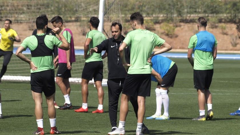 Fran Fernández hablando con los futbolistas.