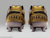 Francesco Totti brengt gouden schoenen op de markt