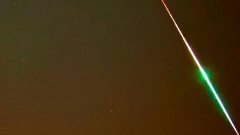 Una roca procedente de un asteroide impacta contra la atmósfera generando una impresionante bola de fuego sobre el sur del país.