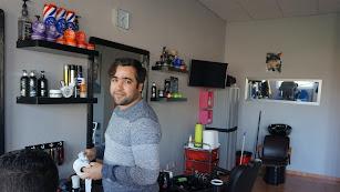 Mohammed Danoun mientras trabaja en su peluquería. Foto: Ricardo Alba