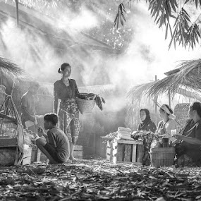 Traditional Market by Andi Kurniadi - Black & White Portraits & People ( market, ray of light, traditional,  )