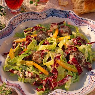 Wirsing-Radicchio-Salat mit Hackbällchen