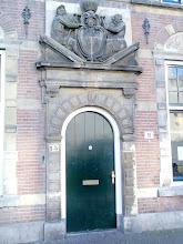 Photo: Wapen van Aelbrecht van Beijeren boven de poort aan de A'damse Veerkade nr. 15