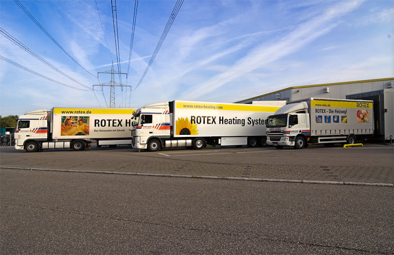 Photo: ROTEX LKWs vor dem Logistikgebäude
