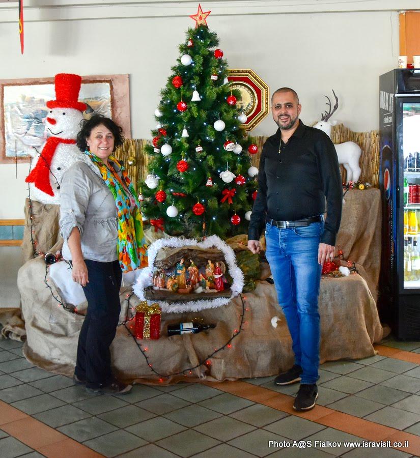 Рождественская елка в «Сан-Петрус» - ресторанчике на берегу озера Кинерет. Гид в Израиле Светлана Фиалкова.