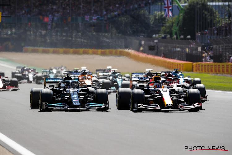 🎥 Hamilton pakt in slotronden de winst, Verstappen crasht zwaar in openingsronde maar stapt op eigen kracht weg