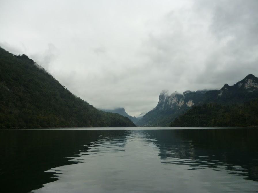 mặt hồ tĩnh lặng lãng đãng sương buổi sớm