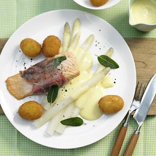 Saltimbocca vom Lachs auf weißem Spargel in Zitronen-Butter-Sauce