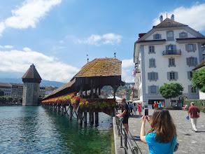 Photo: Nejstarší zakrytý dřevěný most na světě (Kapellbrücke) s vodní věží