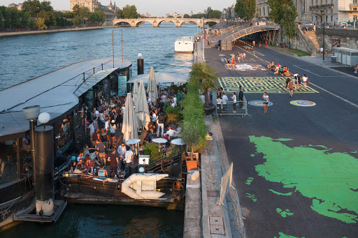 banks-seine-Paris.jpg - The banks of the Seine in Paris include some floating discos, bars and restaurants.