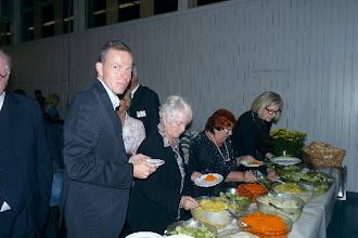"""Photo: Die Delegation des """"Neuen Merker"""" bei der """"Gottlob Frick-Gesellschaft in Ölbronn (2012). Udo Klebes, Helene Habermann beim Buffet.  Foto: Elisabeth Freitag/Ölbronn"""