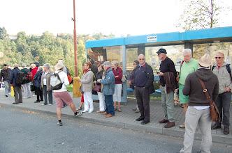 Photo: Start van de eerste dag: wachten op de bus op Tsjechische wijze: in het rijtje staan.