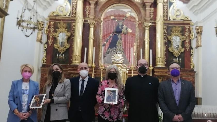 La consejera, fotografiada junto al equipo de gobierno huercalense en la parroquia.