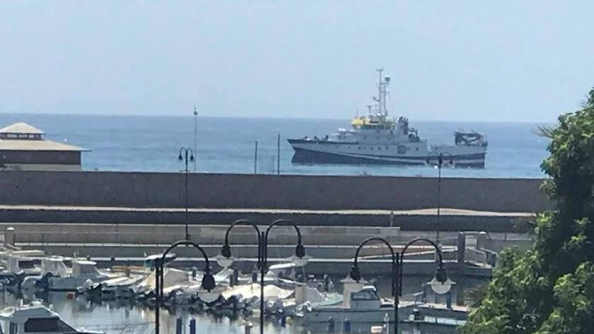 La embarcación, en el mar de Adra.