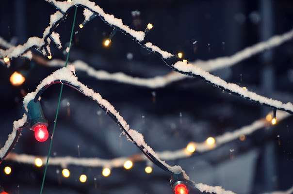 Snow on Christmas lights di viola94