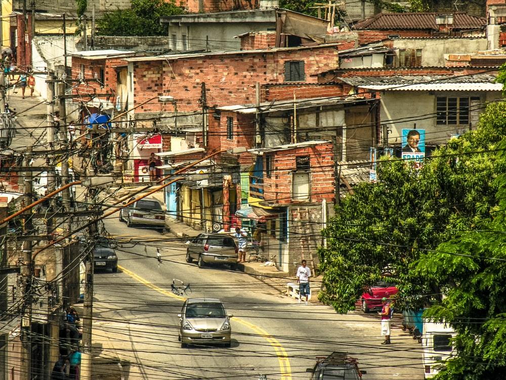 A forma de ocupar o espaço urbano e a vida cotidiana das pessoas dá sentidos concretos à experiência de se locomover nas cidades. (Fonte: Shutterstock)