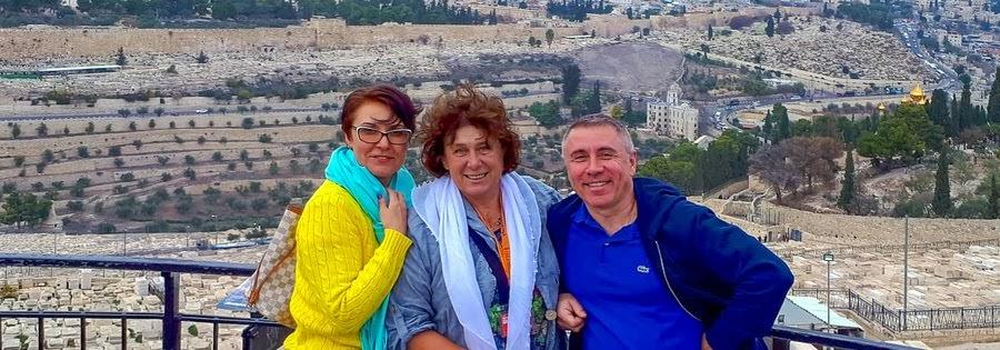 Гид в Иерусалиме Светлана с туристами на экскурсии.