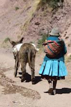 """Photo: Anciana y burrito. Comunidad de Siwa """"Alturas"""" del valle del Urubamba"""