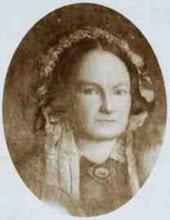 Photo: Mijn betovergrootmoeder Egberdina Anna Viëtor volgens een fotoportret van haar toen ze rond de veertig(?) was. Dan is het uit 1860! Ik moet zeggen, zij was zeker geen onaantrekkelijke vrouw. Ergens heeft zij iets Mona Lisa-achtigs. Geboren in Winschoten op 11 juli 1819 als dochter van Jan Fresemann Viëtor en Jantien Haitzema, trouwde zij op 20-jarige leeftijd met Herman Gijsbert Keppel Hesselink (1811-1888). Uit dit huwelijk werden 14 kinderen geboren, waarvan enkelen jong zijn overleden. Zij overleed op 4 oktober 1902 in het Gelderse Renkum.