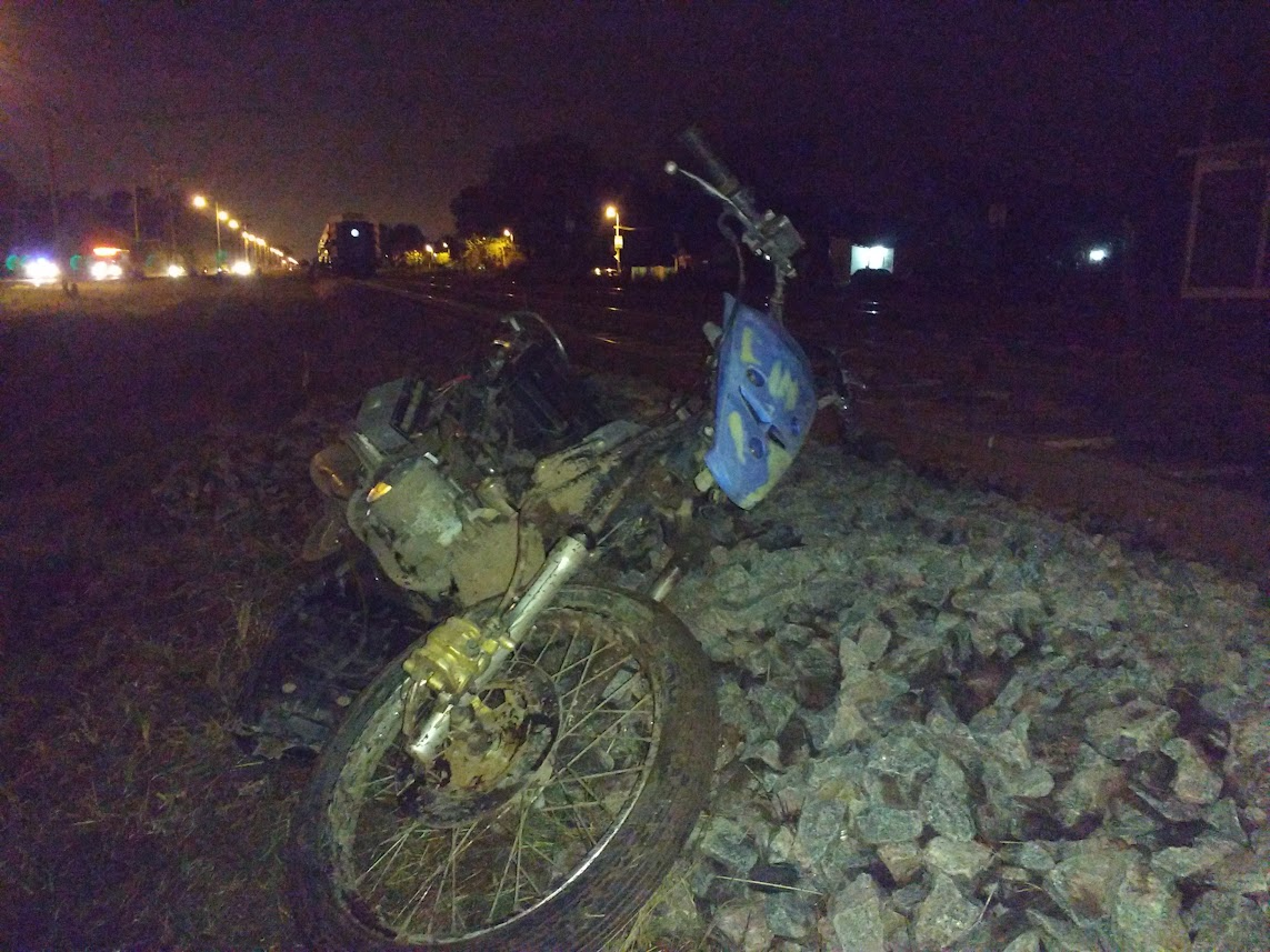 Una formación atropelló un motociclista y un auto chocó una columna dejando varios heridos