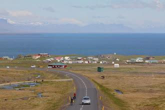 Photo: dappere fietsers en ze komen niet uit ijsland, op de achtergrond de camping van arnarstapi