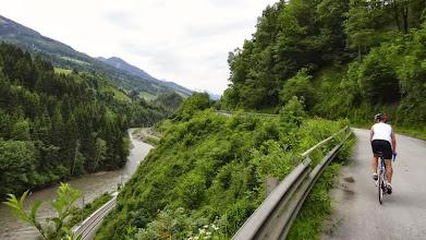 Photo: Nach Schwarzach, hinter dem Mauth-Tunnel führt eine kleine , kaum befahrene Strasse direkt entlang der Salzach.