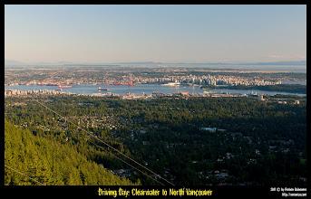 Photo: Subiendo por la góndola de Grouse Mountain. Al fondo Vancouver.