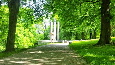 Photo: Das Gefallenen-Ehrenmal im Stadtgarten mit (nicht im Bild) Mammutbaum hinter dem linken Baumstamm.