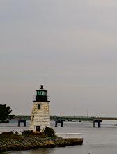 Photo: Ngọn hải đăng cổ bên bờ đá , tạo nên một nét đẹp như tranh ở Newport, Rhode Island. Những ngọn hải đăng có sau khi thuyền bè của những người Anh 'tiên phong' đến.
