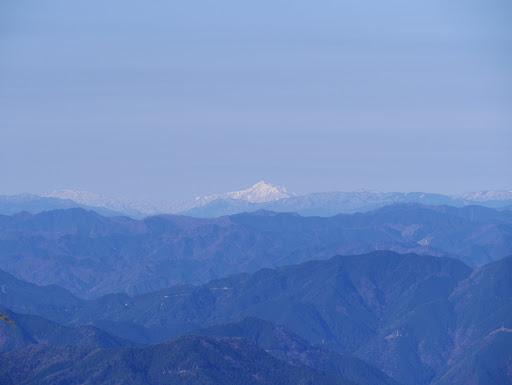 荒島岳(中央)と縫ヶ原山(左)