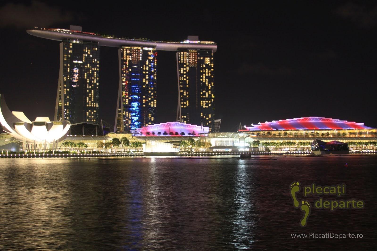 obiective turistice Singapore - Marina Bay - Hotel Marina Bay Sands si ArtScience Museum noaptea