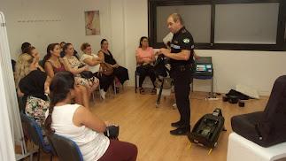 Charla de la Policía para mujeres embarazadas en El Parador.