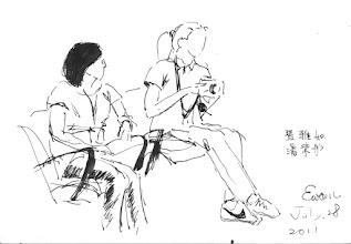 Photo: 桃少輔成長營之嬌點2011.07.28鋼筆畫 銘傳的兩位大正妹攝影師成了全場孩子的注目焦點,這些青春期的孩子們紅著臉一起壯膽排隊去跟她們要簽名,這種事我當然要湊熱鬧囉: 聽說SHE在這裡,我是來要簽名的。 哈哈哈!